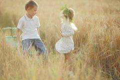 男孩和女孩麦田的 免版税库存照片