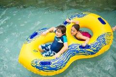 男孩和女孩水池的 免版税库存图片
