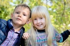 男孩和女孩画象在森林里 免版税库存图片