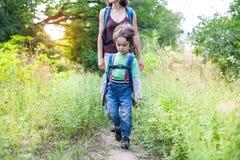 男孩和妈妈在森林里 图库摄影