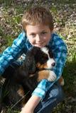 男孩和小狗 免版税图库摄影