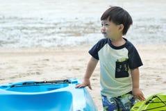 男孩和小船 库存照片
