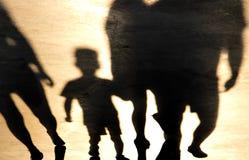 男孩和成人走的模糊的阴影 库存照片