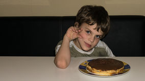 男孩和手工制造蛋糕,人 免版税库存照片