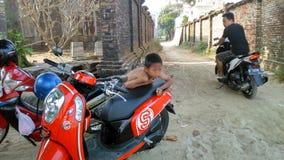 男孩和摩托车 库存图片