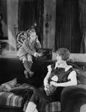 男孩和母亲有收音机的(所有人被描述不更长生存,并且庄园不存在 供应商保单那里将b 免版税库存图片