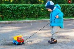 男孩和汽车 免版税库存照片