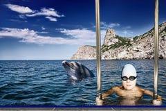 男孩和海豚 免版税图库摄影