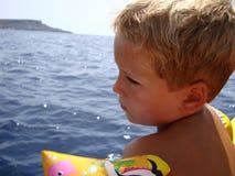 男孩和海洋 免版税库存图片