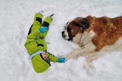 男孩和狗在雪,最好的朋友 库存图片