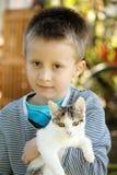 男孩和猫 免版税库存照片