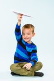 男孩和纸飞机 库存照片