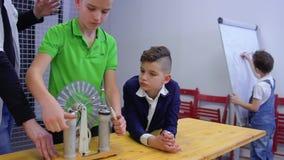 男孩和老师探索wimshurst机器 股票录像