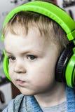 男孩和耳机 库存图片