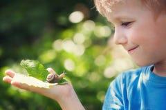 男孩和蜗牛 免版税库存照片
