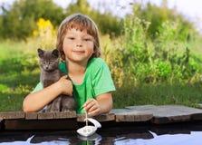 男孩和他心爱的小猫 免版税图库摄影