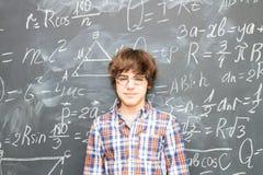 男孩和黑板充满算术惯例 免版税库存照片