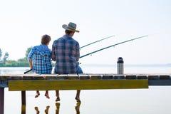 男孩和他的父亲渔togethe 免版税库存照片