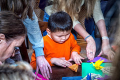 男孩和origami 免版税库存照片