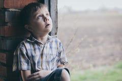男孩哀伤少许的纵向 图库摄影