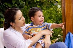 男孩哭泣的妈妈 免版税图库摄影