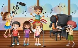 男孩唱歌在音乐会的射击朋友 皇族释放例证