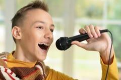 男孩唱歌青少年 免版税库存照片
