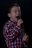 男孩唱歌 免版税库存图片