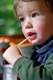 男孩喝牛奶 库存照片
