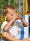 男孩喝 免版税图库摄影