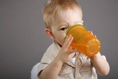 男孩喝 免版税库存图片