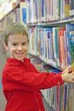 男孩图书馆 免版税库存照片