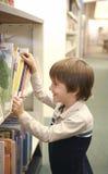 男孩图书馆 免版税库存图片