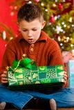 男孩圣诞节一点当前xmas 免版税库存图片