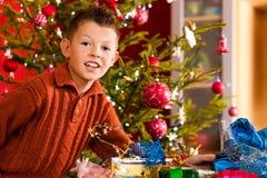 男孩圣诞节一点当前xmas 图库摄影