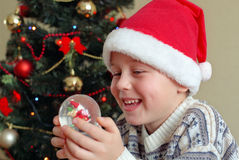 男孩圣诞节最近的微笑的结构树 图库摄影