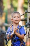 男孩在一个上升的冒险公园 库存图片