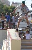 男孩在一个滑冰的区域实践在户外极端体育期间显示 免版税图库摄影