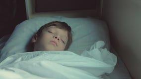 男孩在一列移动的火车清早,面孔特写镜头的汽车睡觉 股票录像