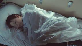 男孩在一列移动的火车的汽车睡觉在晚上 股票视频