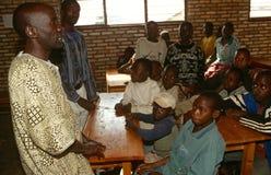 男孩在一间教室在卢旺达。 图库摄影