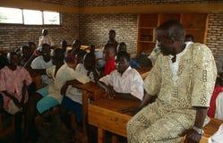 男孩在一间教室在卢旺达。 免版税库存图片