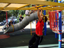 男孩在一playgroung在一个使用Brisban ` s公园中澳大利亚 库存图片