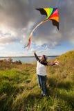 男孩在使用与风筝的秋天 库存图片