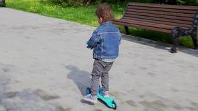 男孩在公园乘坐一辆滑行车 影视素材