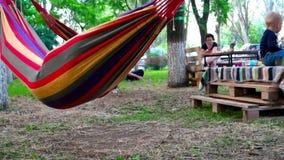 男孩在公园,五颜六色的吊床乘坐 股票视频