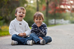 男孩在公园,微笑 图库摄影