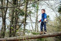 男孩在冒险公园 免版税库存图片