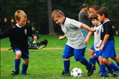 男孩在剧烈竞争中 库存照片