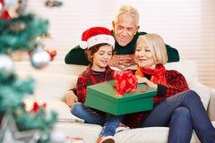 男孩在圣诞节的开头礼物 免版税库存照片